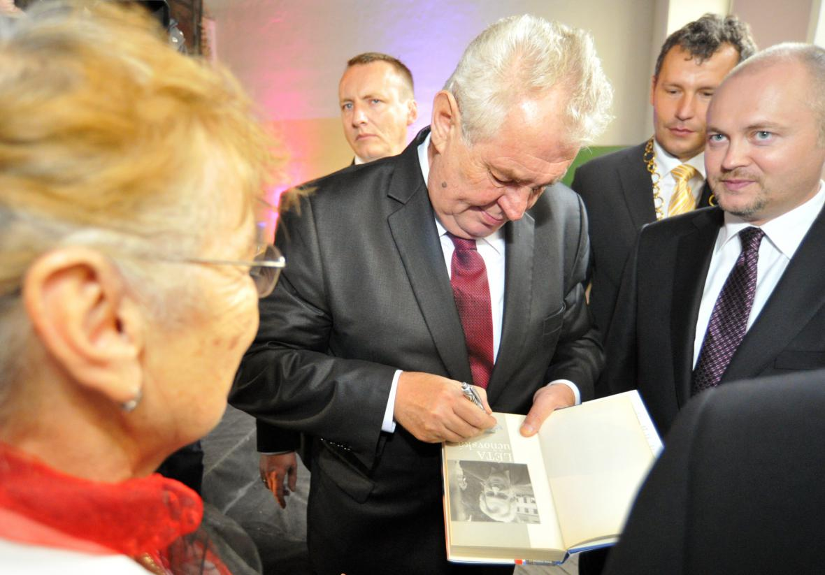 Miloš Zeman podepisuje svou knihu