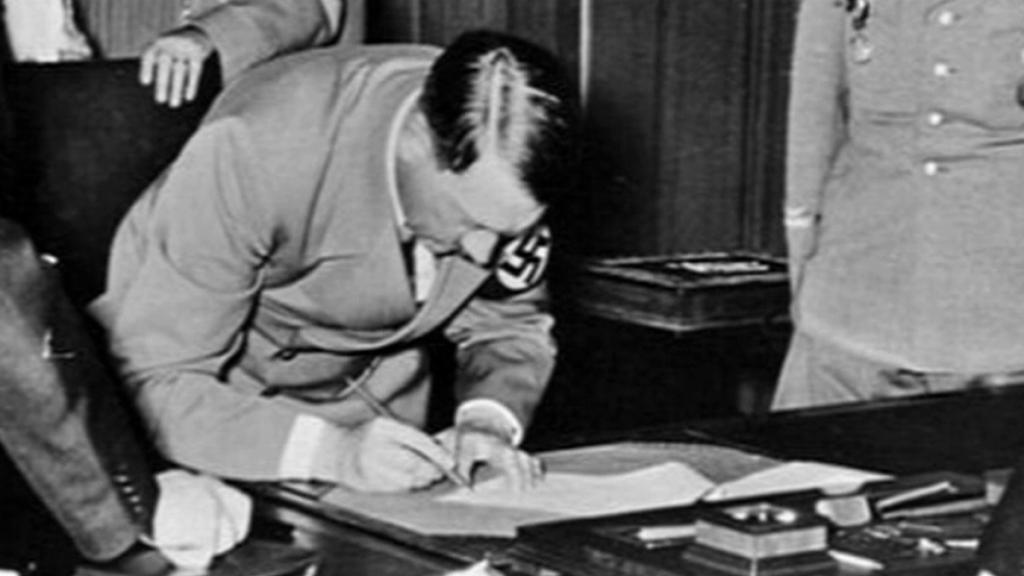 Hitler podepisuje Mnichovskou dohodu