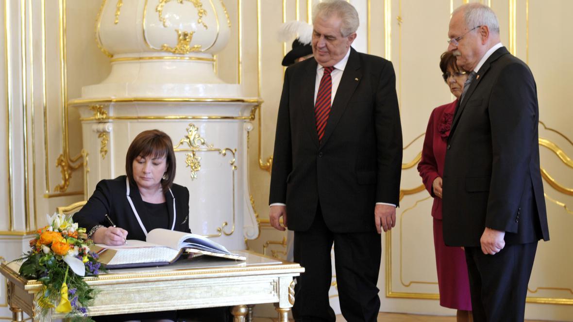 Ivana Zemanová se zapisuje do knihy hostů