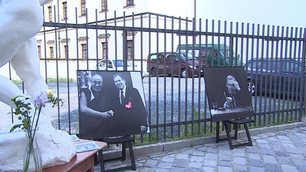 Uličku zdobily fotografie z Havlova prezidentského období