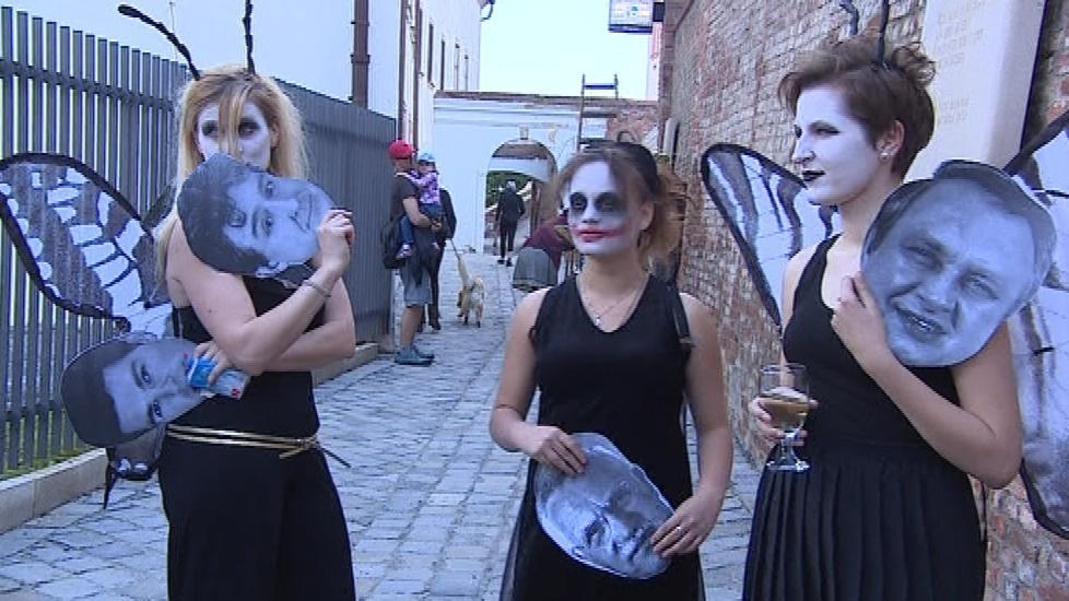 Přejmenování uličky přišli podpořit i divadelníci v maskách