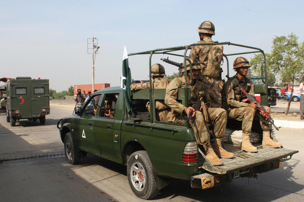 Pákistánská armáda posílá do oblastí postižených zemětřesením vojáky a techniku