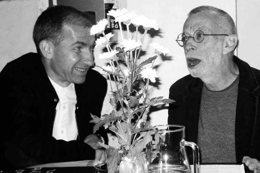 Překladatel Tomáš Glanc a Lev Rubinštejn v kavárně fra