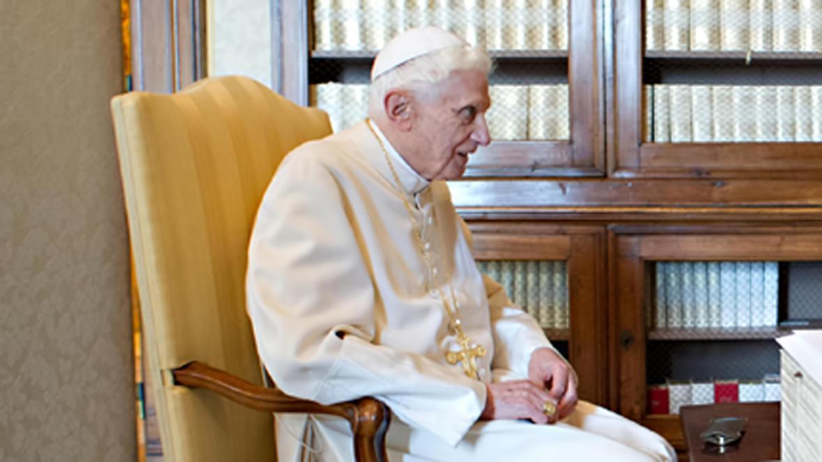 Benedikt během březnového setkání se svým nástupcem Františkem