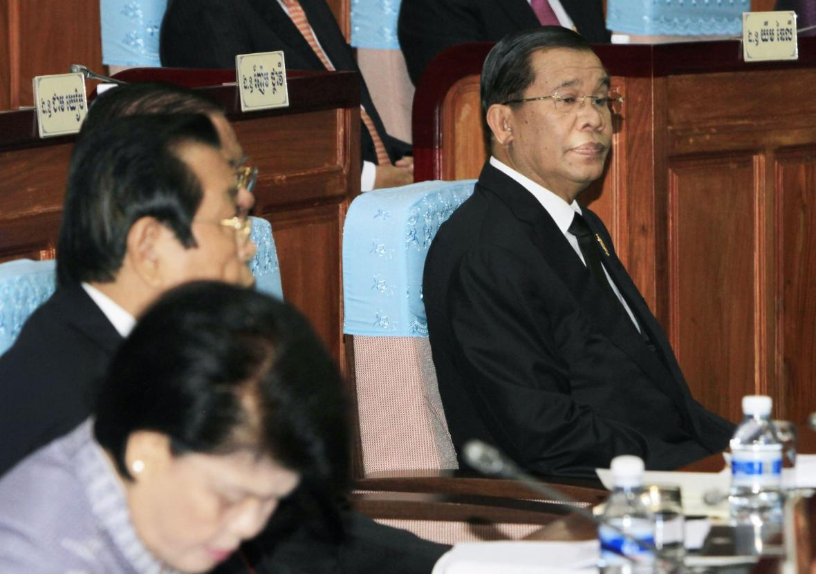 Kambodžský premiér Hun Sen (vpravo)