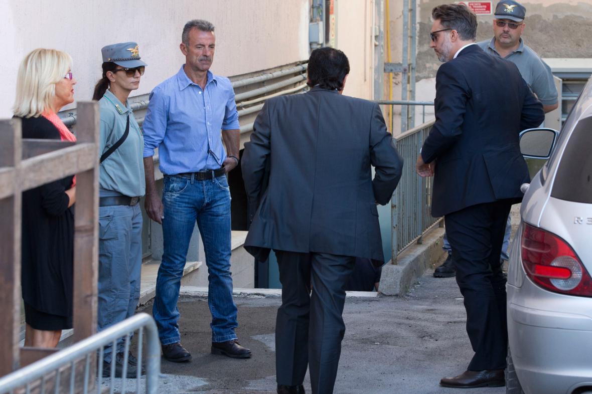 Kapitán Francesco Schettino přichází se svým obhájcem k soudu
