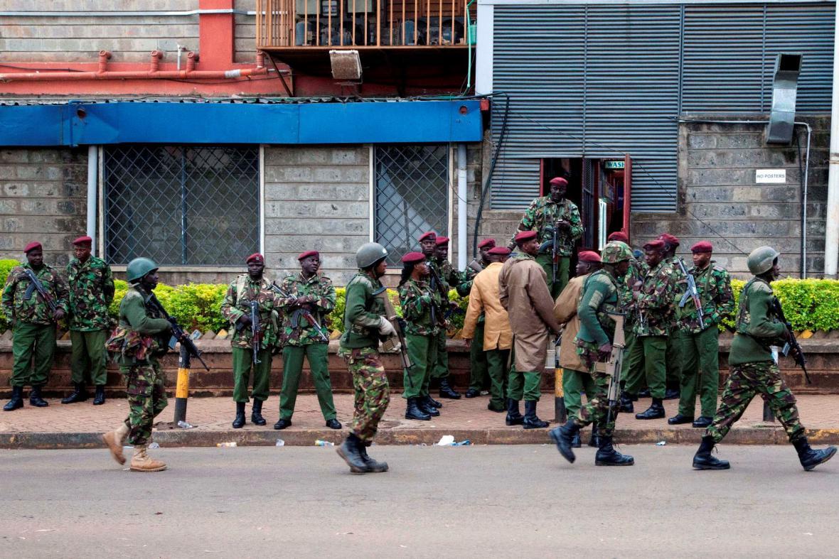Vojáci před nákupním centrem v Nairobi