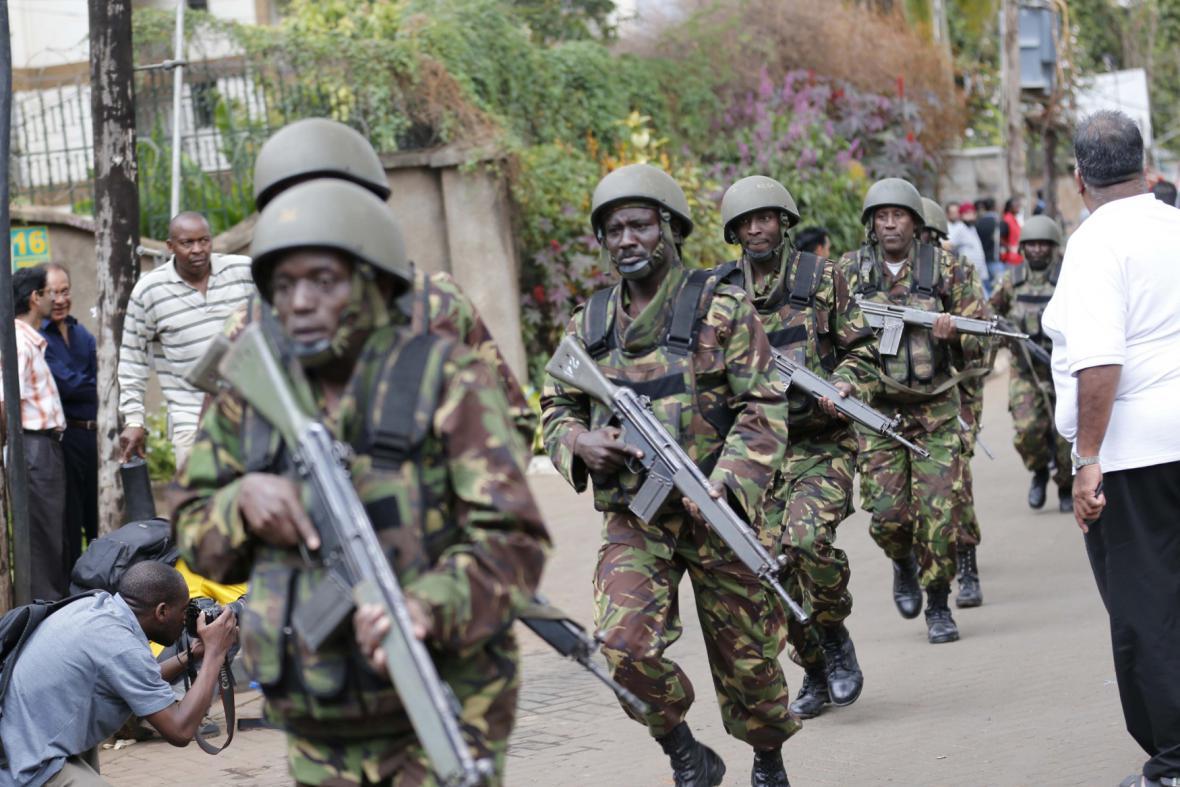 Keňští vojáci zasahují v nákupním centru