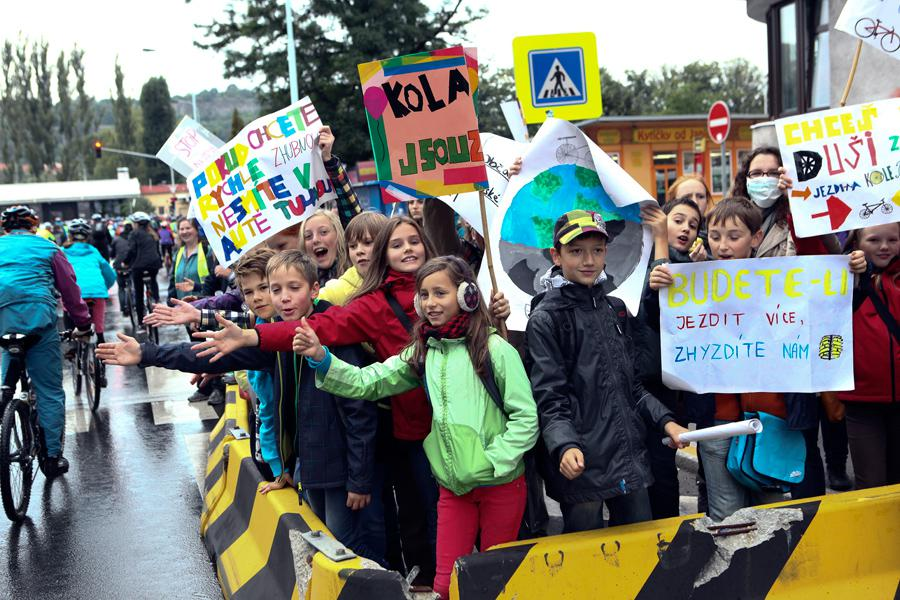 Demonstranti za cyklistickou dopravu
