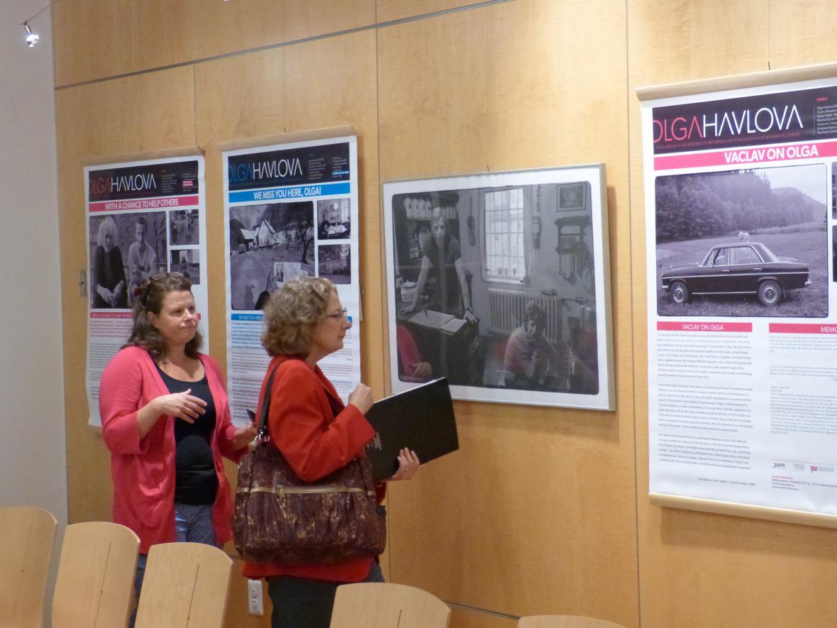 Výstava Olga Havlová ve vzpomínkách přátel a fotografiích Bohdana Holomíčka ve Washingtonu