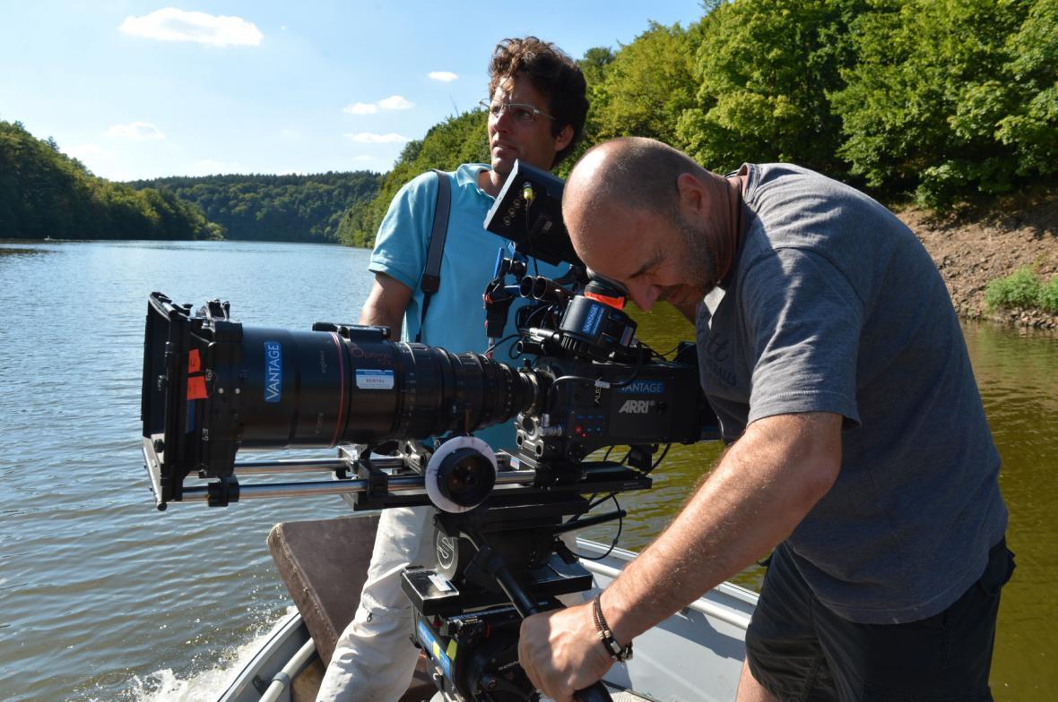 Kameraman musel vyrazit na vodu v loďce
