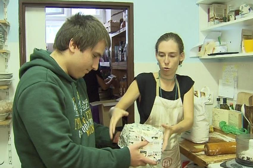 Martin pomáhá v jedné brněnské kavárně