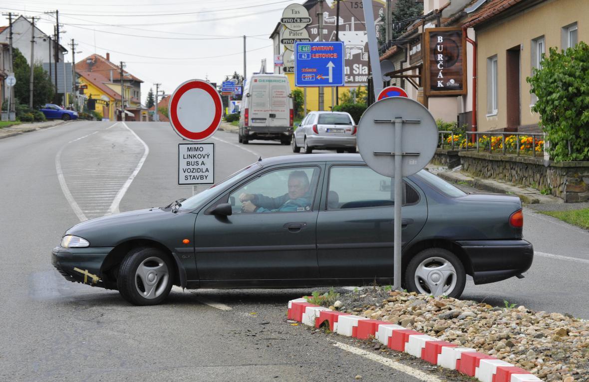 Řidiči často značení přehlédli a museli se otáčet