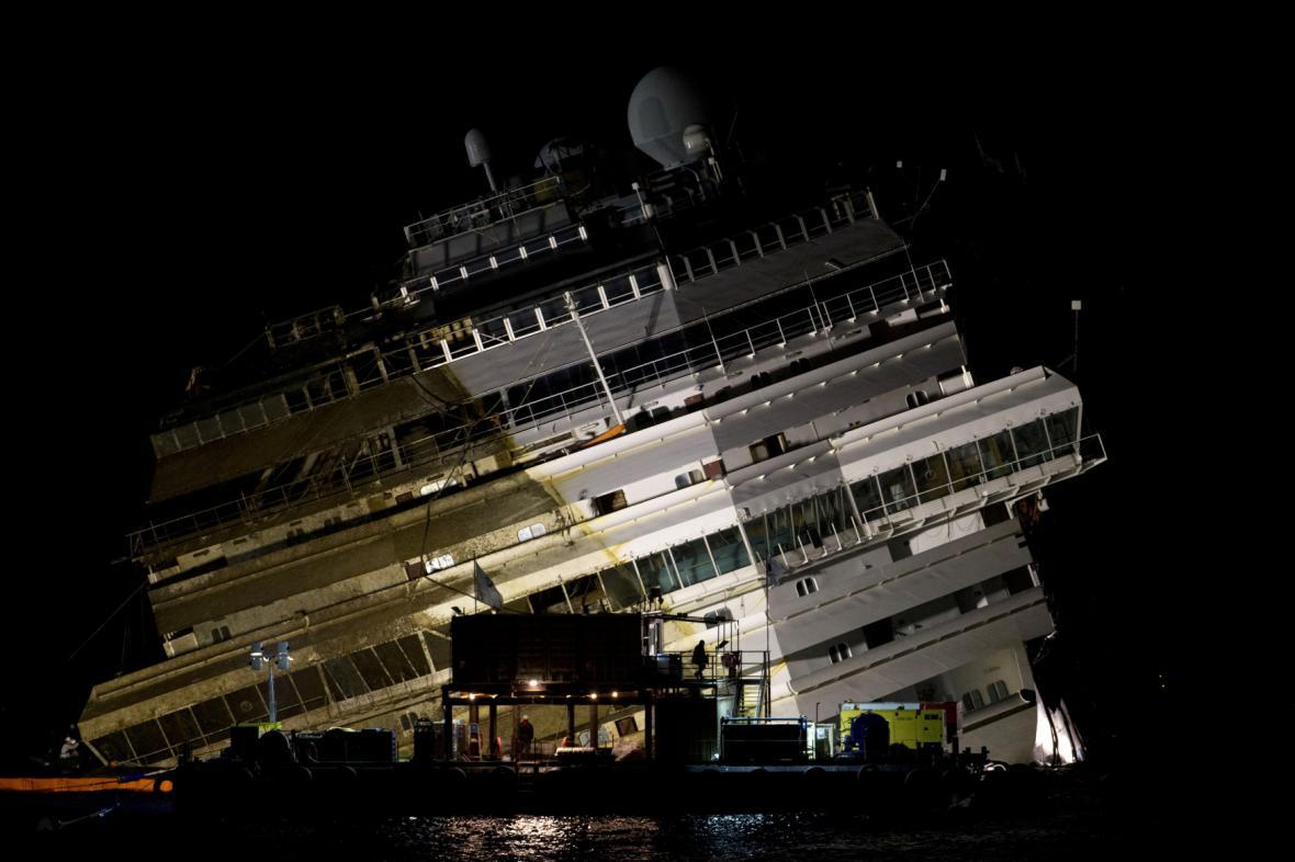 Vrak lodi Costa Concordia těsně před vyzvednutím