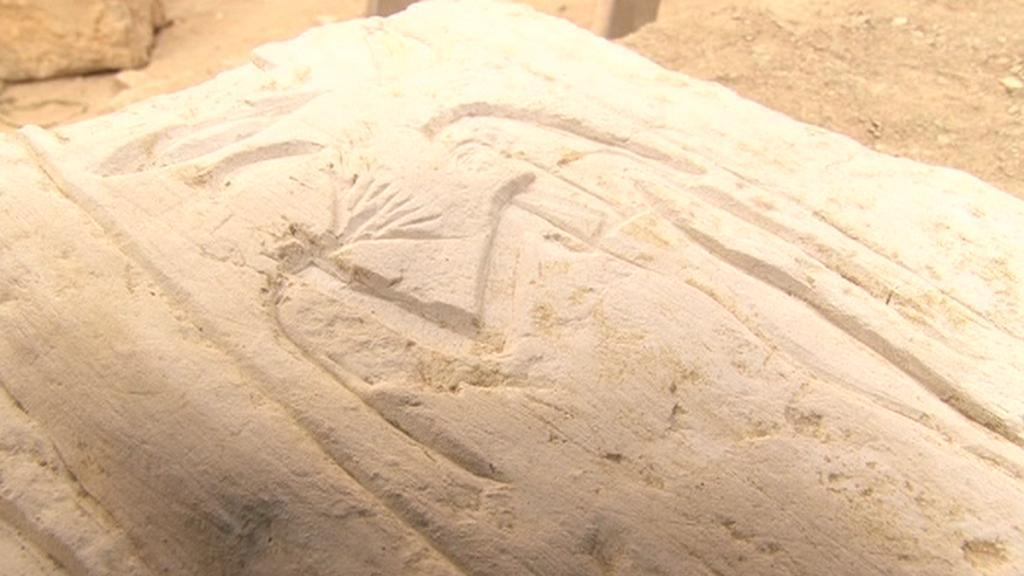 Čeští archeologové odkrývají hrobový komplex