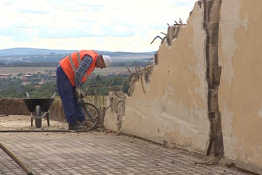 Dělníci bourají zdi v okolí rotundy