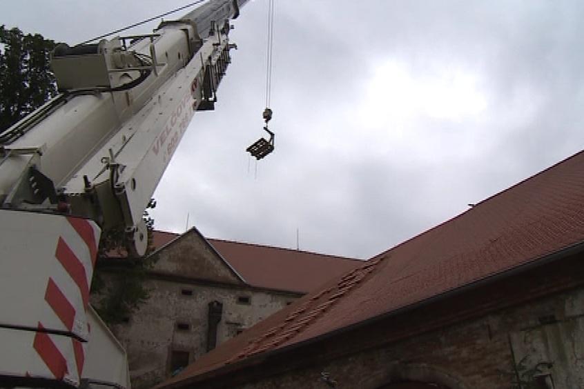 Dělníci dokončují poslední část střechy ovčína