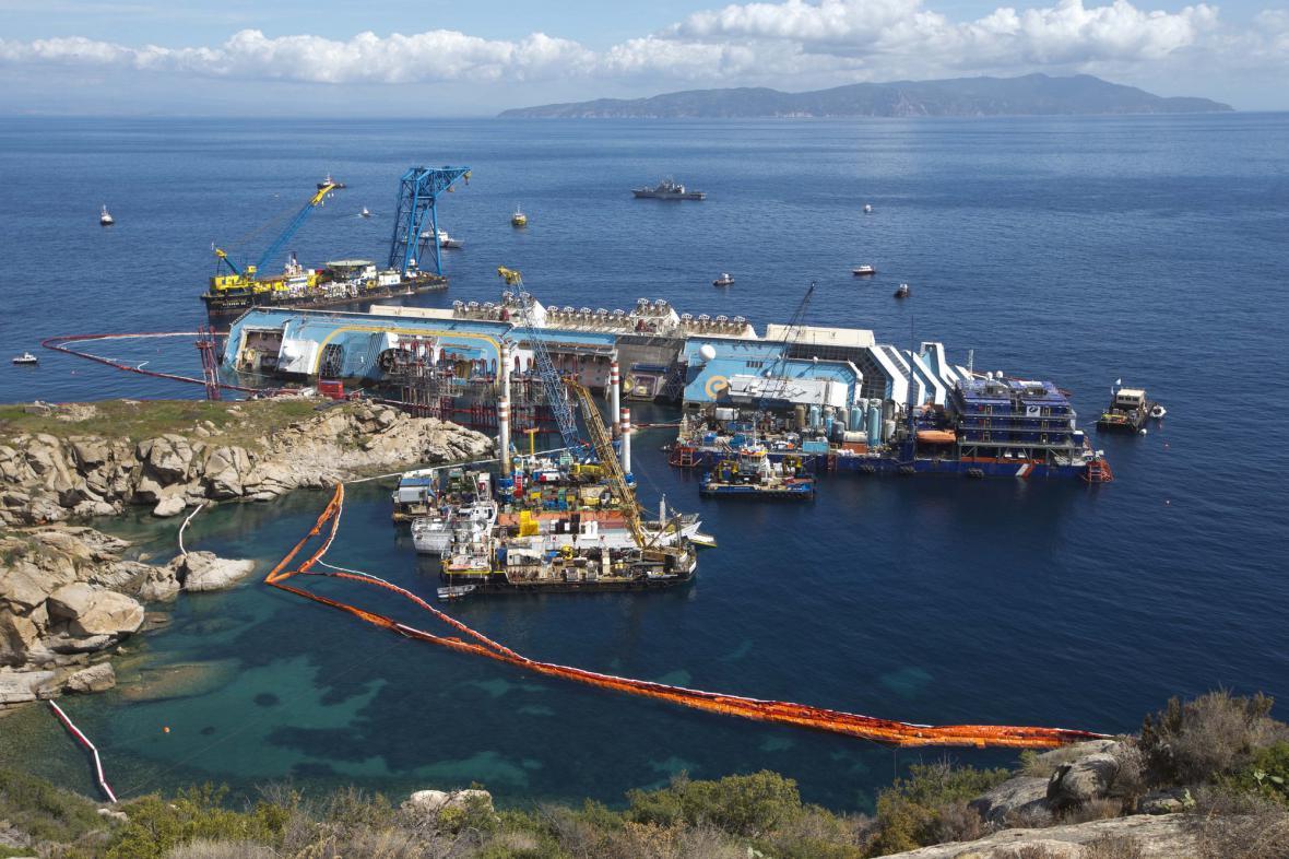 Pohled na vyprošťování Costy Concordie z nedalekých útesů