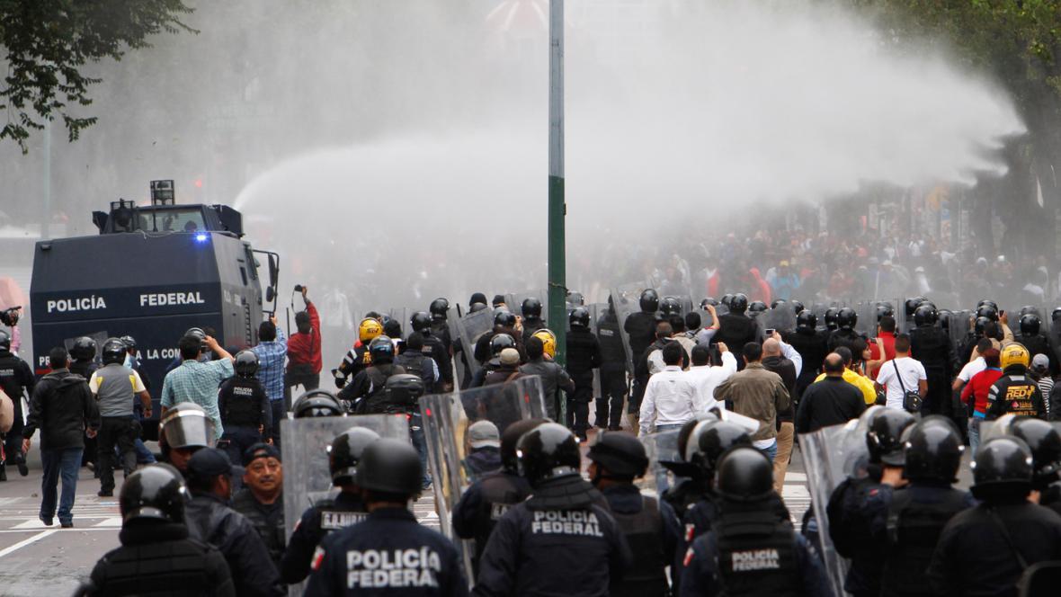 Mexická policie zakročila proti demonstrujícím učitelům