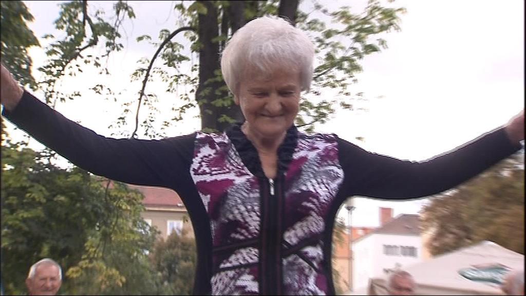 Pětaosmdesátiletá dáma se prošla s noblesou i po kladině