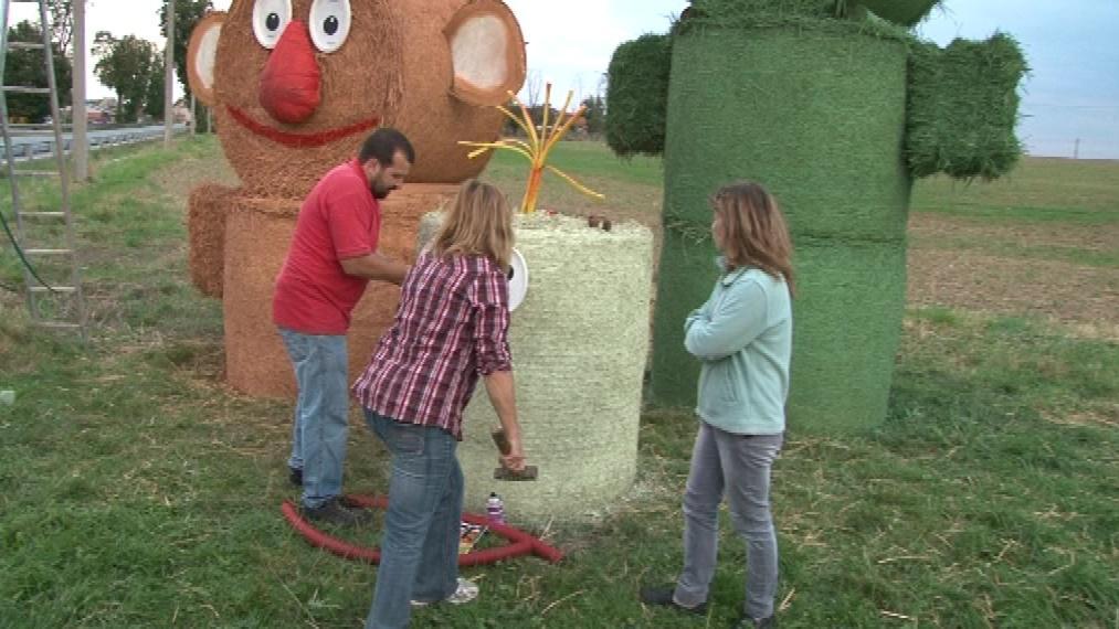 Figurky Jů a Hele hlídají vjezd do obce