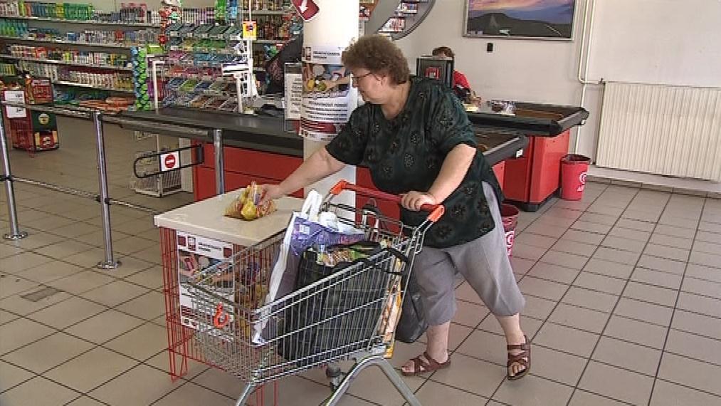 Lidé pomáhají nákupem potravin