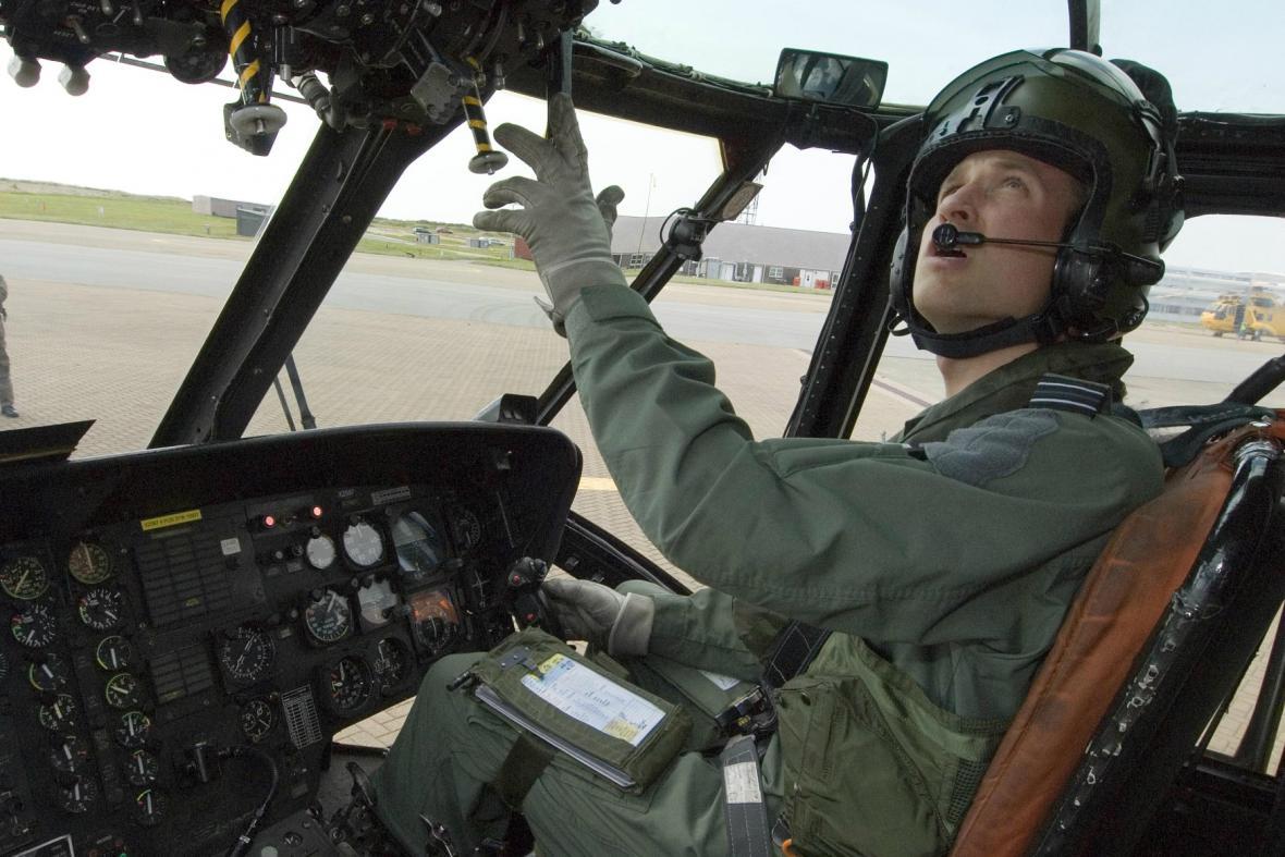 Princ William sloužil jako pilot záchranářského vrtulníku