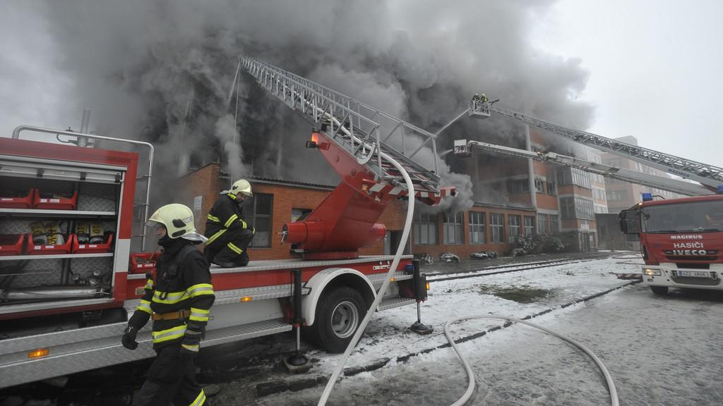 Požár skladové budovy v areálu bývalého Svitu