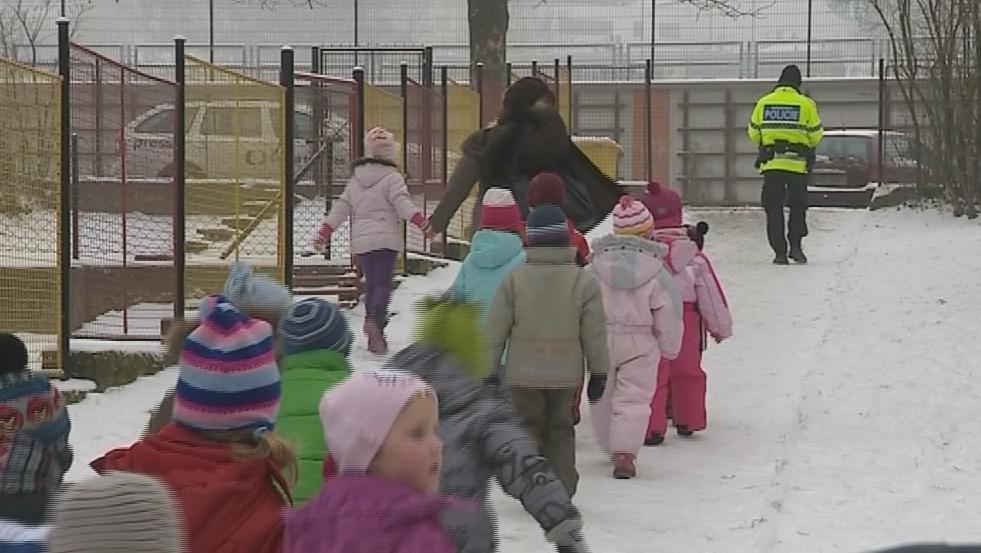 Evakuace dětí ze školek, které jsou blízko areálu bývalého Svitu