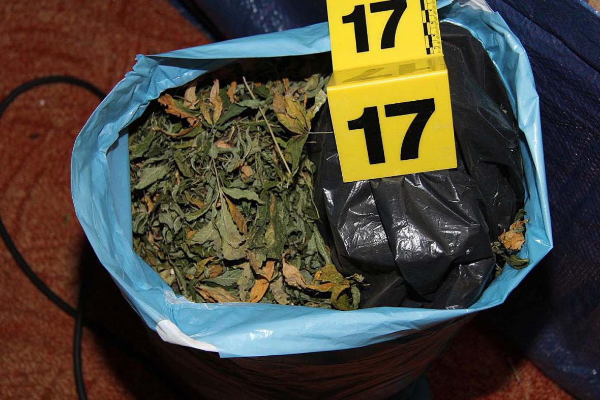 Policisté zabavili sušenou marihuanu