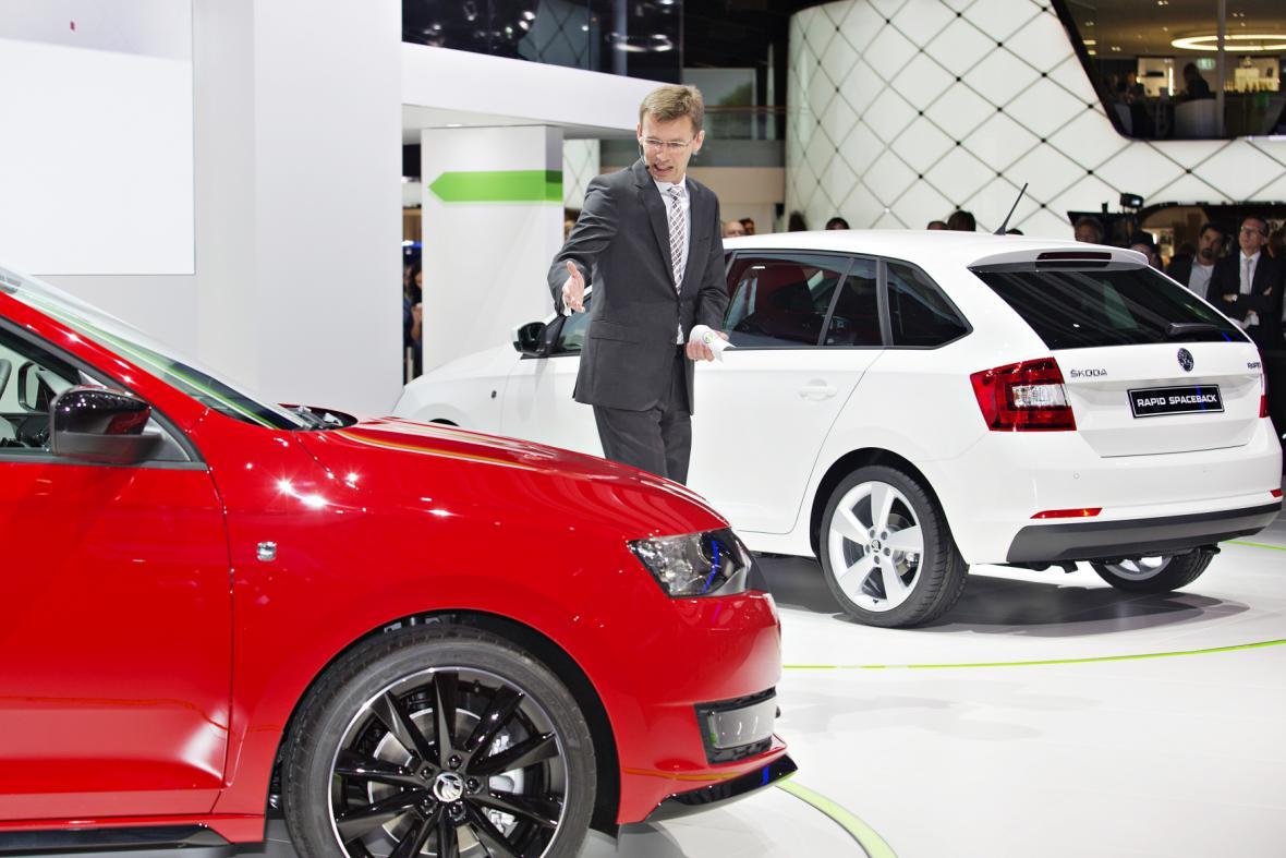 Člen představenstva Škoda Auto Frank Welsch s novými modely Rapid Spaceback