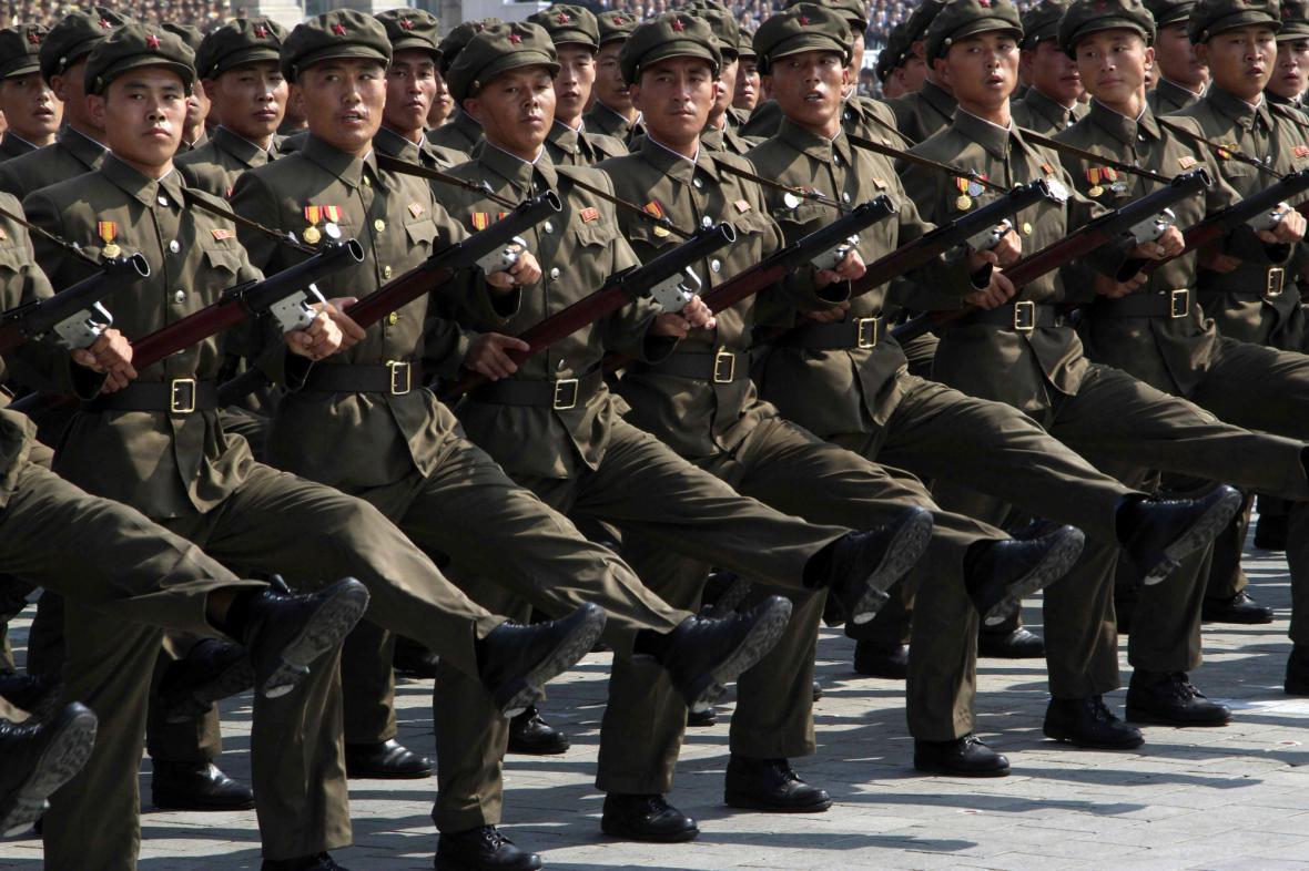 Vojenská přehlídka 65. výročí založení KLDR