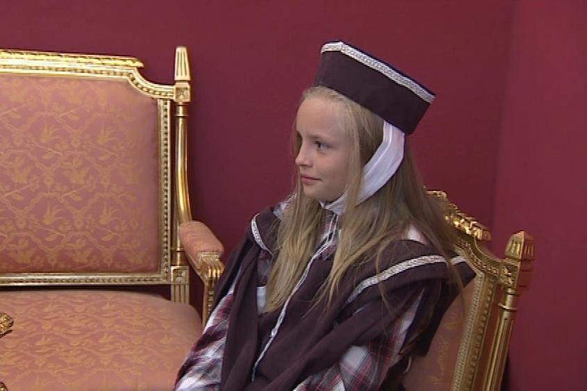 Historii hradu seniorům přiblížily scénky dětí