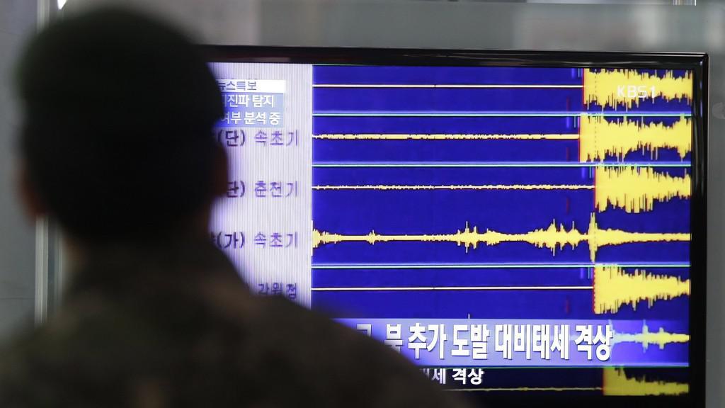 Jihokorejský voják sleduje seismograf