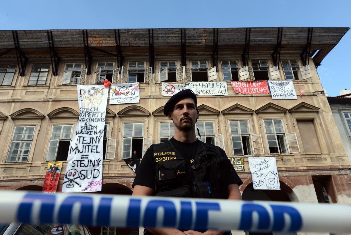 Policie uzavřela prostor před chátrajícím domem na Pohořelci