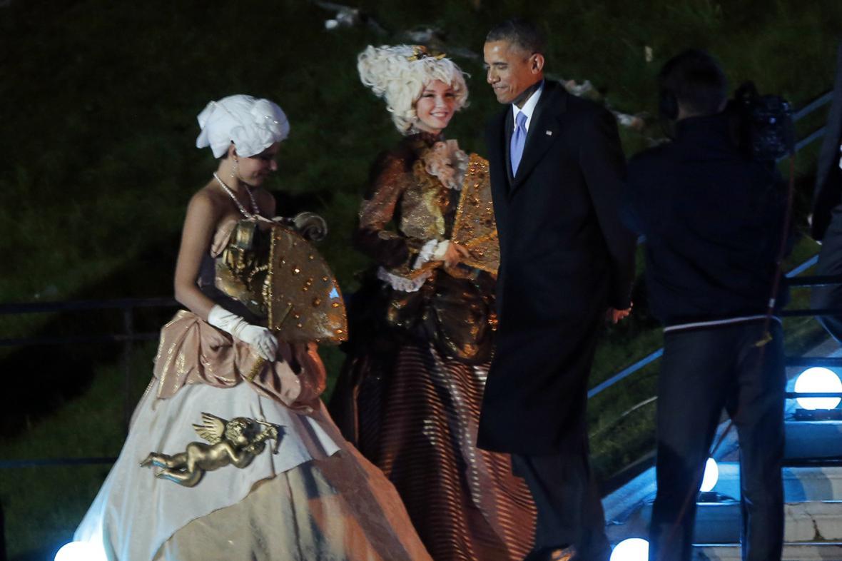 Obama přichází na večerní banket