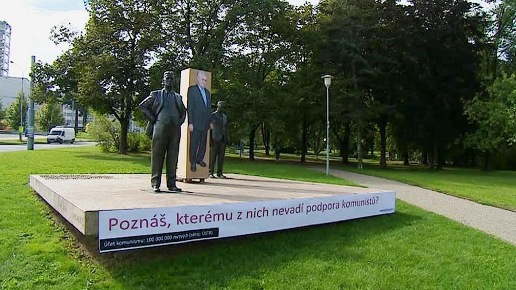 Miloš Zeman na pomníku baťovské dynastie