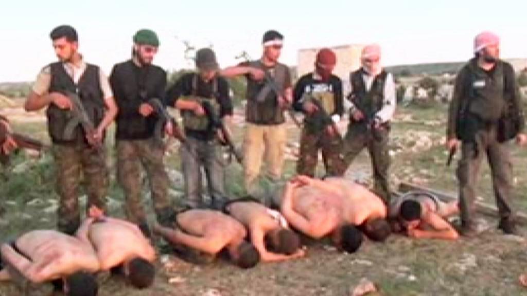 Záběry z popravy syrských vojáků povstalci
