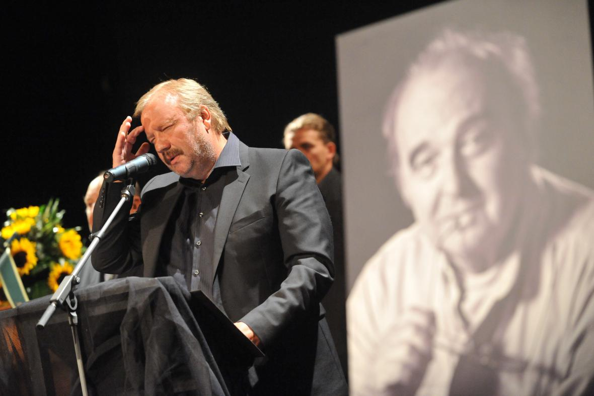 Poslední rozloučení s hercem Jiřím Tomkem