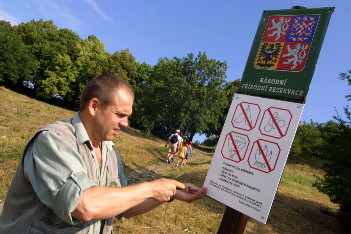 Cedule se zákazem jízdy na kole se u Klentnice objevily v roce 2004