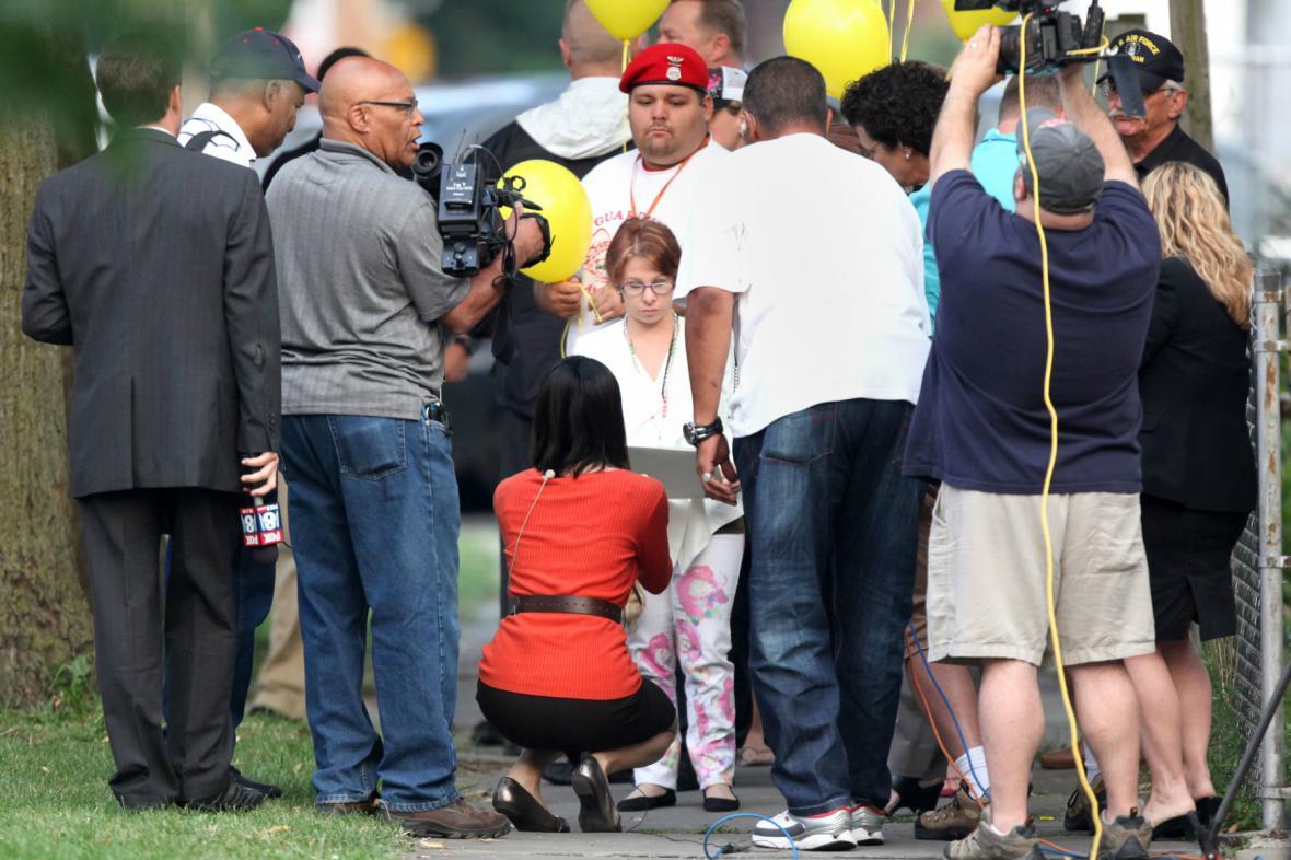 Michelle Knightová se přišla podívat na demolici Castrova domu