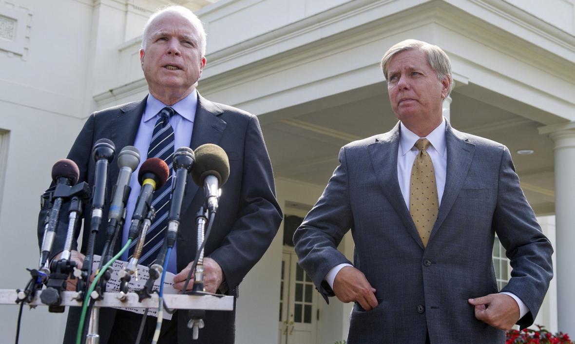 Američtí senátoři John McCain a Lindsey Graham