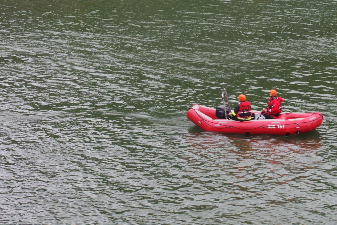 Dva muži doplavali na břeh, po třetím se pátrá