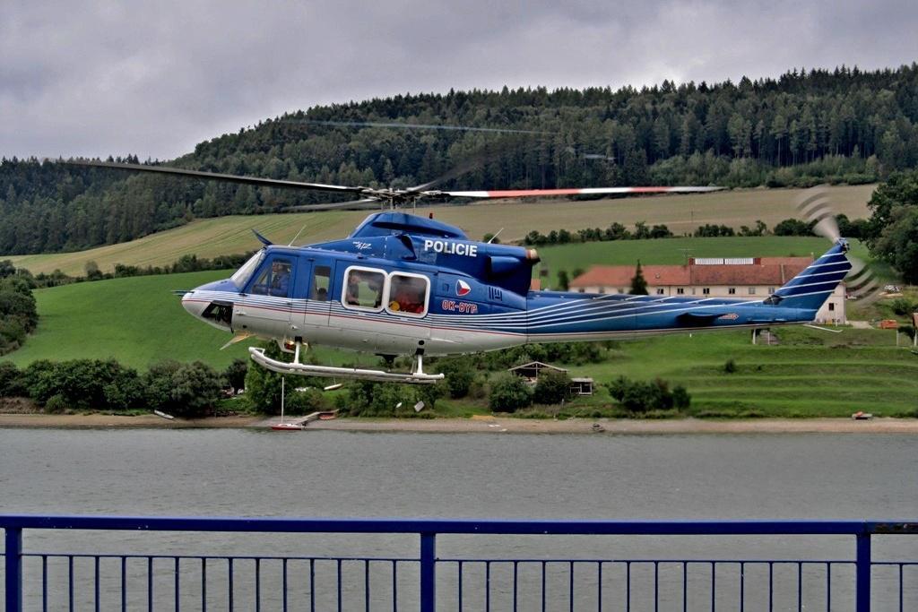 Policejní vrtulník zasahuje u Křetínky