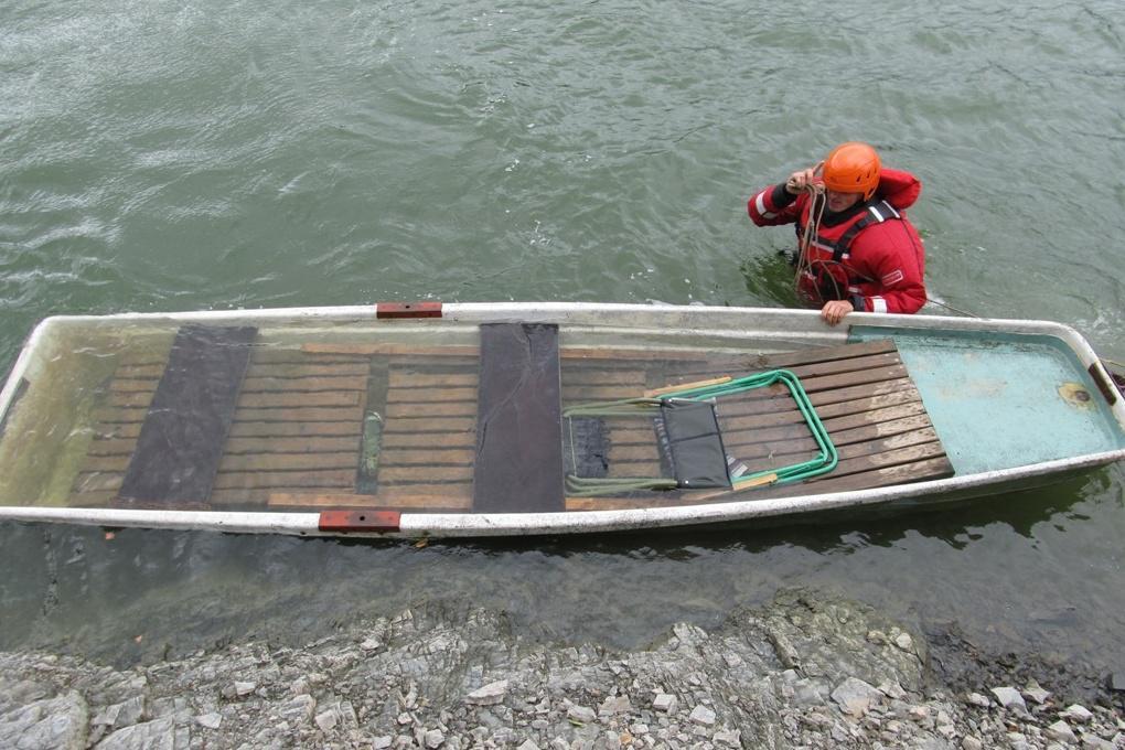 Na loďce se plavili tři muži, jeden je nezvěstný