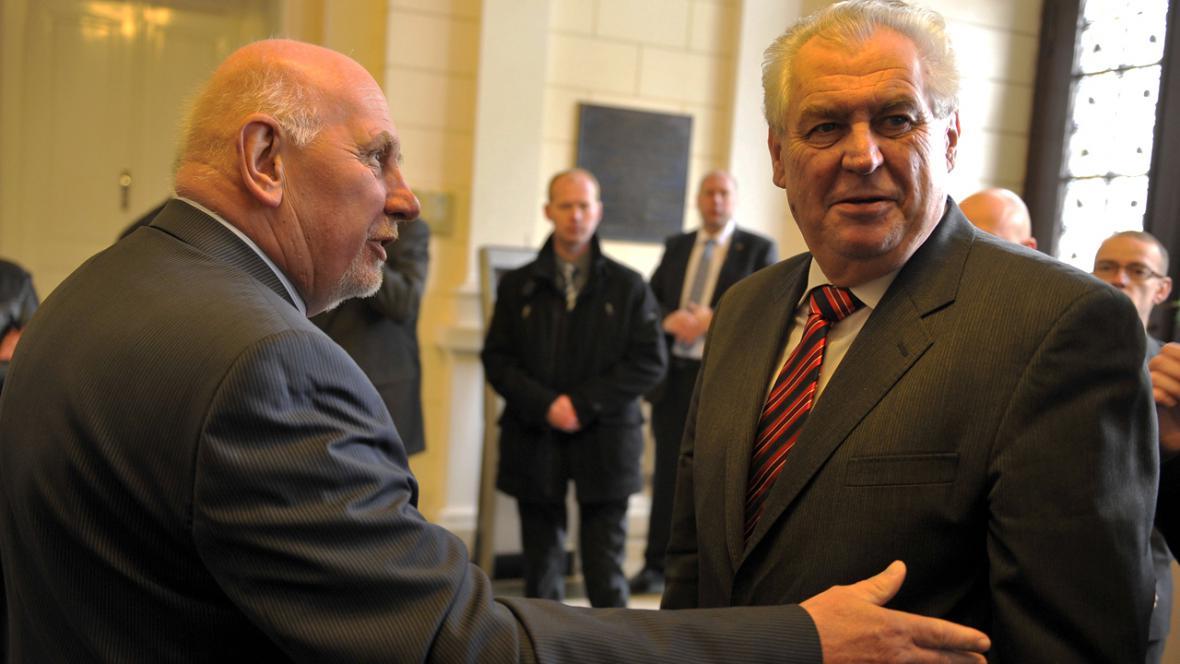 Předseda Ústavního soudu Pavel Rychetský a prezident Miloš Zeman