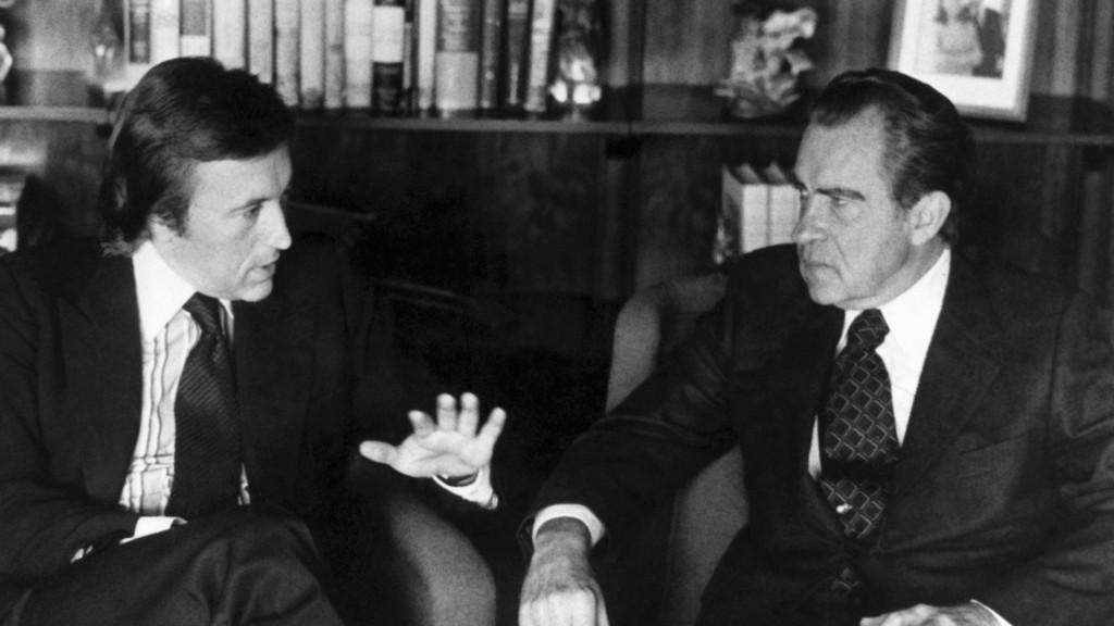 David Frost (vlevo) při rozhovoru Richardem Nixonem (vpravo) v roce 1977
