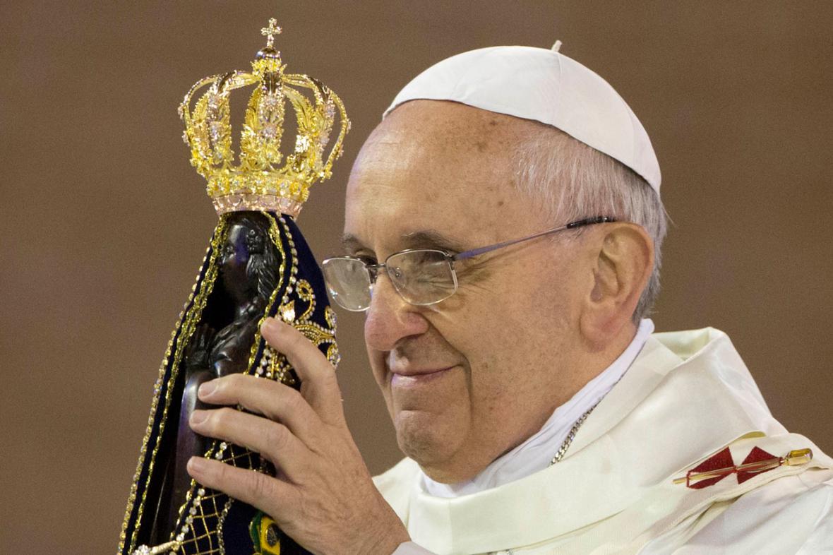 Papež František se soškou Panny Marie z Aparecidy