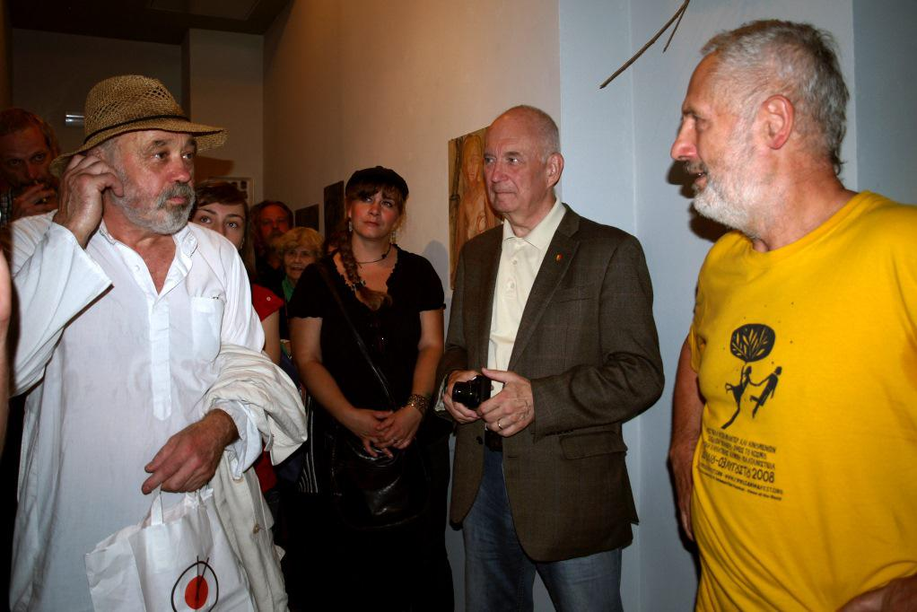 Kurt Gebauer při vernisáži výstavy, vlevo John Bok