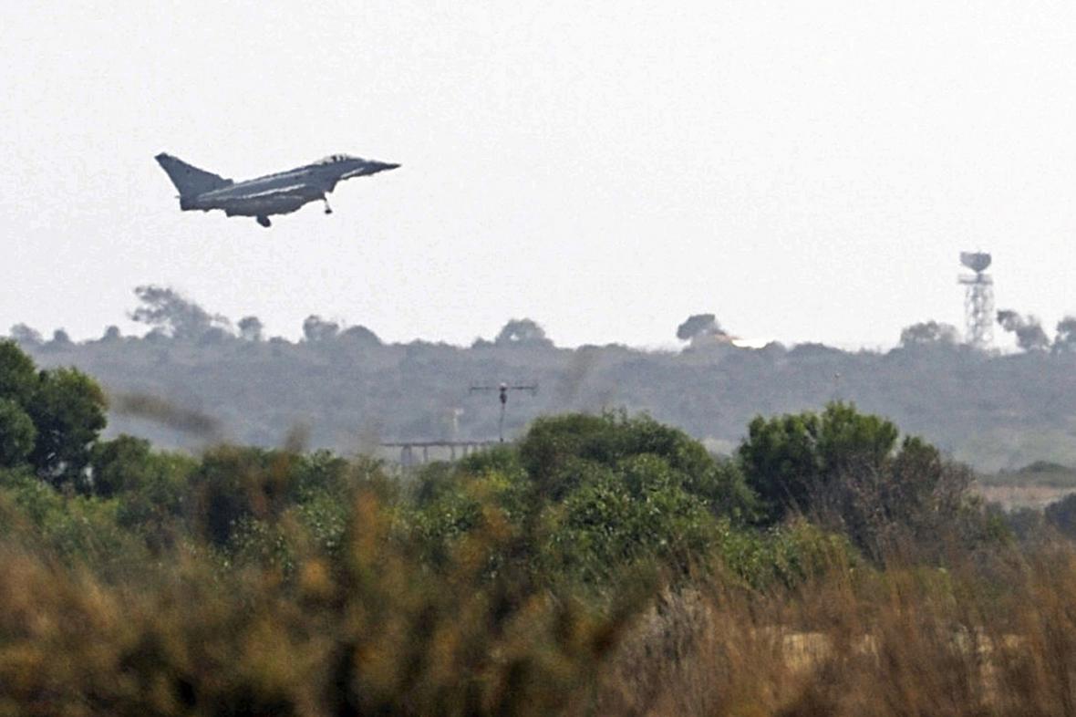 Britský letoun Typhoon přistává na kyperské základně Akrotiri